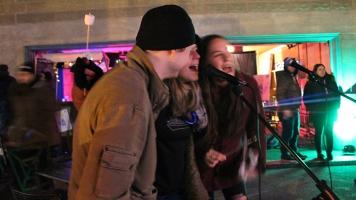 Trois adolescents chantant à tue-tête leur chanson favorite dans le stationnement de l'église Saint-Henri lors du Pop-up karaoké du 23 mars organisé par la Sodam.