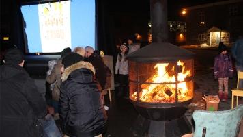 Plusieurs Mascouchois se réchauffant autour du feu tout en écoutant d'autres citoyens chanter. Photos: Justine Bérubé.