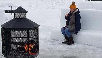 Les moniteurs du Parc des Prairies ont aménagé un feu de foyer, lors de l'événement du Fest'hivernal, le dimanche 25 février. Les Lavallois rassemblés pour célébrer la semaine de relâche des jeunes enfants ont pu trouver un peu de chaleur et de réconfort.
