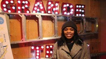 Mélissa Joseph, une citoyenne ayant participé au karaoké, souriant puisque sa soirée a été amusante.