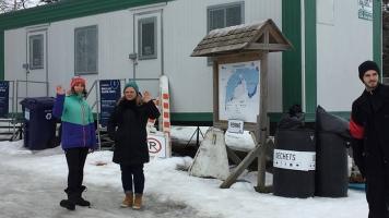 L'organisatrice de l'évènement, Audrey Cloutier (à gauche), accompagnée d'une citoyenne, supervisant les activités.
