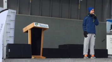 Le maire de Mascouche fait un discours.
