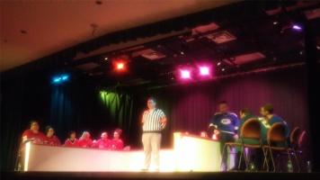 L'arbitre délibère entre le deux équipes et annonce quelle équipe a le plus de votes après chaque match.