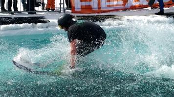 Un participant tente de traverser le bassin d'eau de 60 pieds lors de l'Aqua-splash de Terrebonne organisé par le Groupe plein air Terrebonne. Près de 200 spectateurs étaient présents lors de l'événement.
