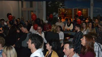Les participants réunis pour écouter l'animateur lors de la soirée casino au Cégep à Terrebonne.