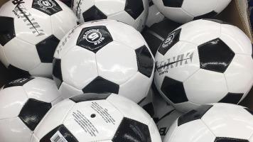 Plusieurs ballons de soccer à la cité du sport de Terrebonne lors du tournoi de soccer d'élite le 11 janvier.
