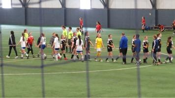 Deux équipes de soccer qui se donnent la mains à la fin d'une partie lors du tournoi de soccer d'élite le 11 janvier à Terrebonne.