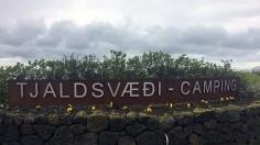 13 juin: Camping Tjaldsvaedi à Grindavik | La vue n'avait rien d'extraordinaire, il y avait une montagne au loin, mais, à quelques pas de marche, on y retrouvait une belle marina. La salle commune était belle et moderne, mais elle fermait très tôt le soir et elle ouvrait tard le matin. 8/10 Photo: Maude Guimond.
