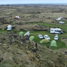 8 juin: Camping de Hellissandur | La vue était belle, on pouvait voir la mer derrière les montagnes. Les installations étaient adéquates, quoique la salle commune était extrêmement petite pour notre groupe. Puisque nous étions sur le bord de la mer, il ventait beaucoup, donc il faisait froid. C'était difficile de monter la tente, surtout le premier soir alors que nous ne savions pas comment faire. 8/10 Photo: Nathan Jomphe.