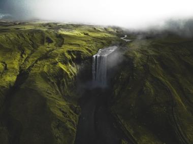 Venant de la rivière Skógá, Skógafoss est sans aucun doute la chute la plus populaire de l'Islande. Large de 25 mètres et haute de 62 mètres, son imposant filet d'eau réussira à vous faire sentir petit.