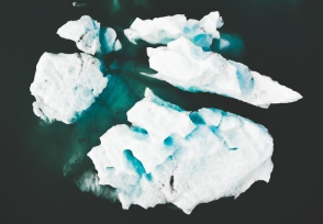 Jökulsárlón nous fait vivre deux émotions complètement distinctes. On est premièrement accaparé par la beauté du spectacle, forcé de rester silencieux pour entendre les glaciers se rompre pour ensuite être renversé par la vitesse avec laquelle le Vatnajökull se retire.