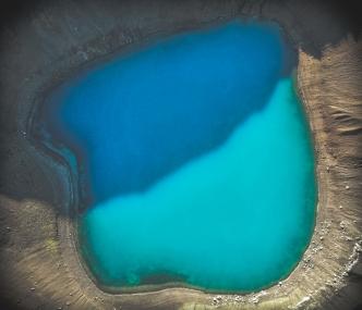Lac du cratère Viti dans le système volcanique du Krafla. Formé lors d'une éruption phréato-magmatique en mai 1724, il s'agit d'un cratère d'explosion.