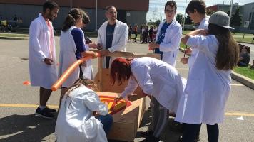 Les étudiants de Science de la nature en action pour personnifier leur bolide avant le début de la course. Photo: Élizabeth Gagné