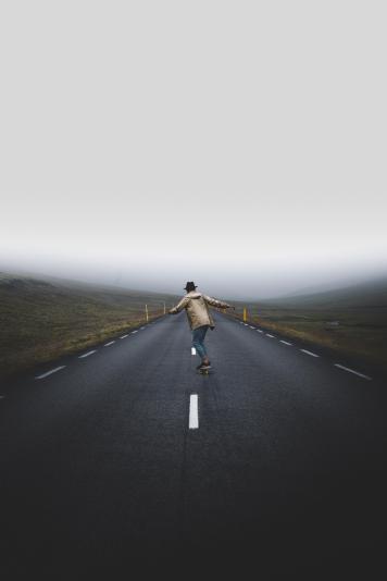 Quelque part sur les routes brumeuses de l'Islande. Elles n'étaient jamais trop occupées pour nous empêcher d'y faire de la planche à roulettes!