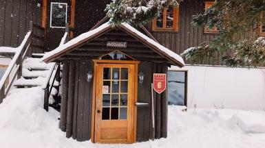 Le charmant accueil du Chalet Beaumont, situé à Val-David, dans les Laurentides. Photo: Alexia Arseneault-Tardif.