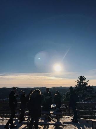 Les futurs voyageurs du voyage à Copenhague, réunis, à l'un des différents points de vue du Parc régional de Val-David. Photo: Alexia Arseneault-Tardif.