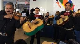 Des mariachis ont fait la fête dans la cafétéria mardi. Photo : Manon Fleury.