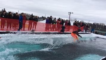 Seulement quelques personnes ont réussi à traverser en ski ou en planche à neige le bassin d'eau glacée de 60 pieds au complet.