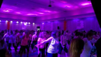 350 personnes se sont réunies lors du Zumbathon au profit de la Fondation du cancer du sein au Centre communautaire Laurent-Venne de Repentigny, le 29 mars. Au rythme de la musique et d'une ambiance festive, les participants se sont sensibilisés à la cause et ont donné beaucoup d'argent.
