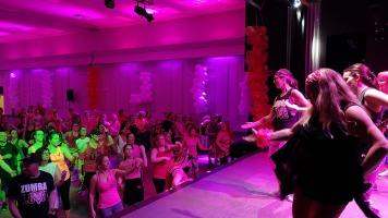 Les professeures de Zumba ont fait danser les participants du Zumbathon.