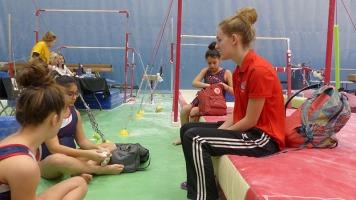 Des gymnastes et leur entraîneuse à la compétition de gymnastique régionale au club Gymnika de Repentigny. Photos: Charlotte Allaire.