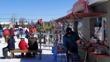 Les participants venaient manger et se reposer au bas de la pente où se trouvait le kiosque de la ferme Sarrazin.