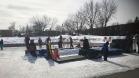 La deuxième édition du RocketFest de Laval prenait place le 5 mars dernier au parc Émile à Laval-des-Rapides. Plusieurs activités étaient organisée, dont le ballon-balai que pratique l'animatrice Laurence Labrosse avec de jeunes participants. Photo: Catherine Chalifoux.