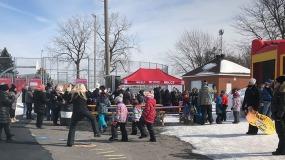 Une foule de participants se réunissent près de la patinoire Bleu-Blanc-Rouge où se trouve l'organisatrice en chef du Rocket Fest, Amélie Roux, pour le mot d'ouverture de l'événement du Rocket Fest présenté au parc Émile. Photo: Catherine Chalifoux.