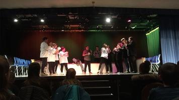 L'organisatrice de la soirée, Maryz Bédard (en noir), était sur scène avec une professeure de l'école de théâtre Côte à Côte, improvisant une scène dramatique.