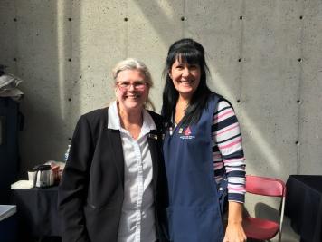 Nathalie Bouchard (gauche) aux côtés d'une des bénévoles d'Héma-Québec présentes. Photo : Amélia Stanley-Therrien.