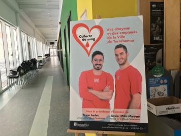 Affiche officielle à l'entrée de l'évènement, devant le café étudiant. Photo : Amélia Stanley-Therrien.