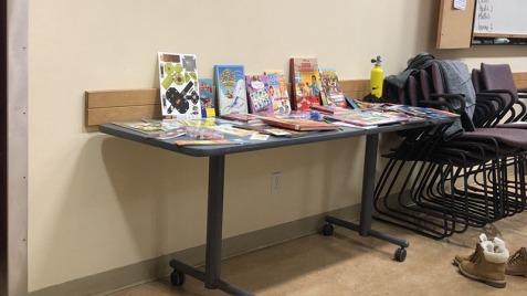 Table des récompenses offertes aux enfants participants aux deux jeux offert par l'organisatrice et la ville.