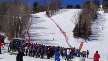Les spectateurs profitaient de l'ambiance musicale et regardaient les différentes équipes de ski s'entraîner.